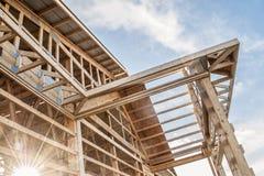 Inrama ny träkonstruktion för byggnadsstruktur Arkivfoto