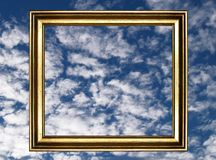 Inrama och den molniga skyen arkivbild
