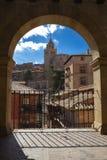 Inramad siktsbåge av den medeltida staden Albarracin spain arkivfoto