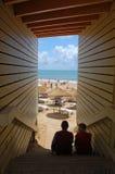 Inramad strandsikt med tonåringar i skuggan Arkivbild