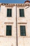 Inramade forntida fönster med gröna slutare Fotografering för Bildbyråer