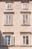 Inramade forntida fönster med slutare Royaltyfria Foton