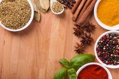 Inramnin sammansättning av kryddor på trä Arkivfoton