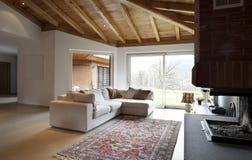 inre älskvärt modernt nytt för hus Arkivfoton