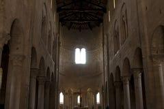 Inre abbotskloster för kyrka av den inre abbotskloster för Sant `-Antimo Castelnuovo Abate Montalcino Siena Tuscany Italien kyrka Arkivfoto