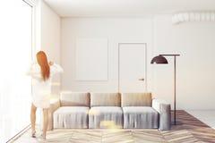 Inre affisch för vit vardagsrum och soffa, kvinna Arkivbilder
