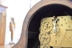 Inre arbeten av en antik klockarörelse Arkivbild