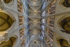 Inre arkitektonisk detalj av Notre Dame arkivfoton