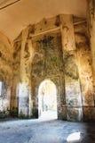 Inre av Abandoned den kristna kyrkan överst av det Bokor berget i den Preah Monivong nationalparken, Kampot, Cambodja royaltyfria bilder