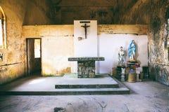 Inre av Abandoned den kristna kyrkan överst av det Bokor berget i den Preah Monivong nationalparken, Kampot, Cambodja Arkivbilder