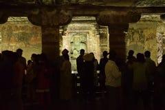 Inre av Ajanta grottor med skärm av målningar och skulptur arkivbilder