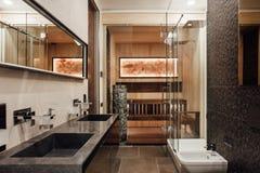 Inre av badrummet är i bruna färger Fotografering för Bildbyråer
