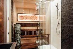 Inre av badrummet är i bruna färger Royaltyfria Foton
