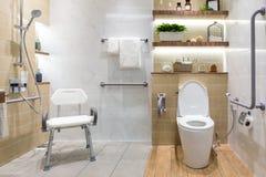 Inre av badrummet för handikappade personer eller det äldre folket Handrai Royaltyfri Foto