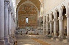 Inre av basilikan av Aquileia Arkivbilder