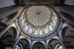 Inre av basilikan Santa Maria della Salute, Venedig Arkivfoto