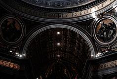 Inre av basilikan av St Peter, Vaticanen royaltyfri bild