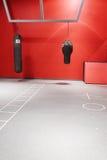 Inre av boxningkorridoren i en modern konditionmitt Arkivbild