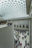 Inre av British Museum med den glasade markisen Arkivfoto
