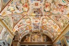 Inre av Chiesa di San Lorenzo i Palatio annonshelgedomar Sanctorum i Rome italy royaltyfria foton