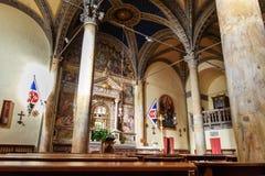 Inre av Chiesa di Santa Maria i portik a Fontegiusta är romersk - katolska kyrkan i Siena italy fotografering för bildbyråer