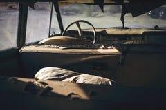 Inre av den övergav gamla bilen Royaltyfria Foton