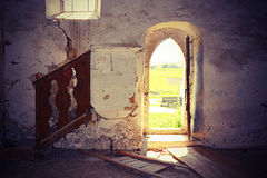 Inre av den övergav gotiska kyrkan Arkivfoton