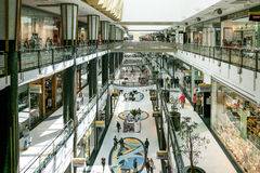 Inre av den Alexa shoppinggallerian i Alexanderplatz i Berlin Arkivfoton