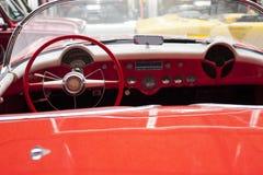 Inre av den antika bilen för klassiskt retro medel arkivfoto