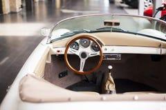 Inre av den antika bilen för klassiskt retro medel royaltyfria foton