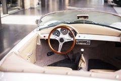 Inre av den antika bilen för klassiskt retro medel arkivbild
