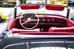 Inre av den antika bilen för klassiskt retro medel royaltyfri fotografi