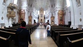 Inre av den berömda Sten Michaels Church i Munich, Tyskland stock video