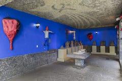 Inre av den blåa husLacasaen Azul med det socialistiska tecknet Royaltyfri Foto