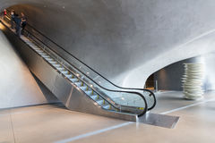 Inre av den breda moderna Art Museum Arkivfoto