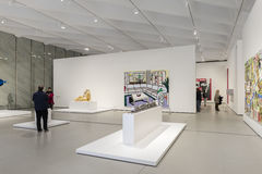 Inre av den breda moderna Art Museum Royaltyfri Foto