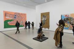 Inre av den breda moderna Art Museum Arkivfoton