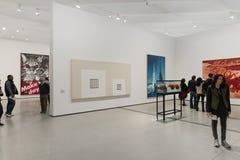 Inre av den breda moderna Art Museum Arkivbilder