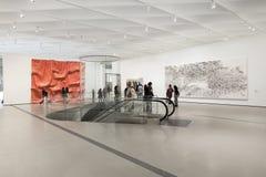 Inre av den breda moderna Art Museum Royaltyfri Bild