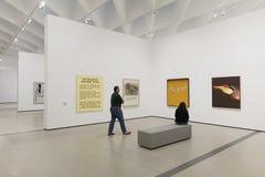 Inre av den breda moderna Art Museum Arkivbild