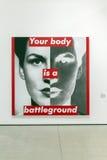 Inre av den breda moderna Art Museum Your kroppen är en lekplats Arkivbild