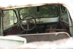 Inre av den forntida bilen arkivbild