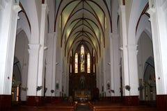 Inre av den forntida katolska domkyrkan av St Joseph hanoi vietnam Arkivbild