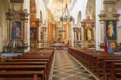 Inre av den Franciscan katolska kyrkan barock stil royaltyfria bilder