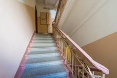 Inre av den gamla ingången av ett lägenhethus i Moskva arkivbilder