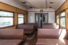 Inre av den gamla j?rnv?g passagerarebilen royaltyfri fotografi