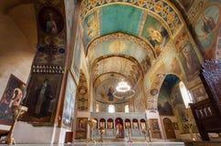 Inre av den gamla kyrkan med fristaden och frescoes på den Shio-Mgvime kloster Arkivfoto