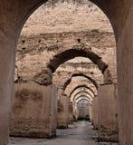 Inre av den gamla spannm?lsmagasinet och stallet av Herien es-Souani i Meknes, Marocko royaltyfria bilder