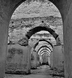 Inre av den gamla spannm?lsmagasinet och stallet av Herien es-Souani i Meknes, Marocko arkivfoton