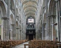 Inre av den gotiska domkyrkan i Rouen, Frankrike Arkivfoto